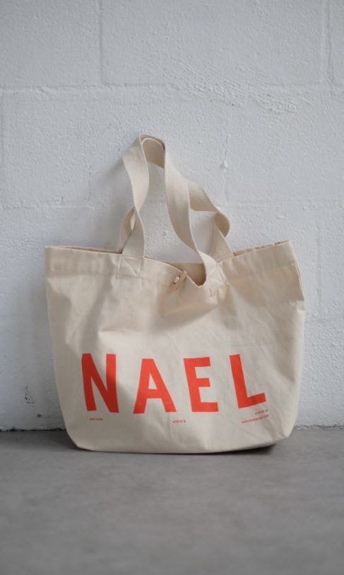Nael tote bag | nael bolsa tote bag delante pared 487x812 | Nael